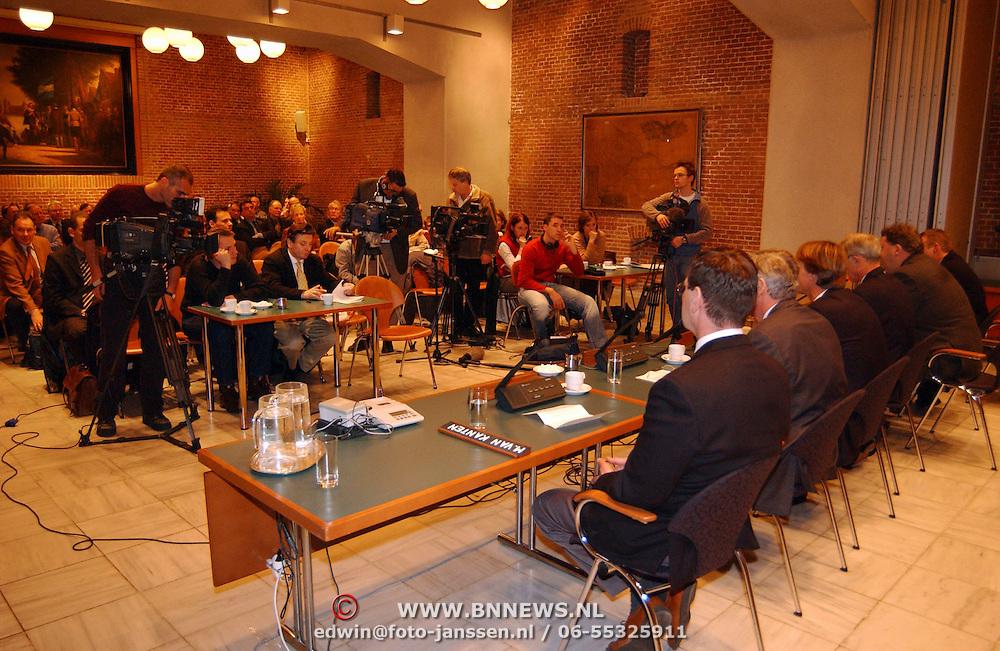 Persconferentie sluiting kruitfabriek Muiden Chemie, camera, filmploeg, overzicht