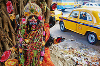 Inde, Bengale-Occidental, Kolkata, staue de Kali et taxi jaune de la marque Ambassador // India, West Bengal, Kolkata, Calcutta, Kali statue on the street and Yellow Ambassador taxis