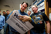 FANTOMET: Guvernør Scott Walker (44) signerer valgkampplakater i ett av de mange telefonsentrene som er satt opp for frivillige valgkampmedarbeidere i Fitchburg, en forstad til delstatshovedstaden Madison. Wisconsin Governor Scott Walker (R) campaigns hard to stay in power as he faces a  recall election on June 4th 2012.