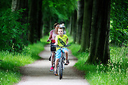 In Soest rijdt een vrouw met haar zoon op de fiets door de bossen.<br /> <br /> In Soest a woman is cycling with her son in the forest.