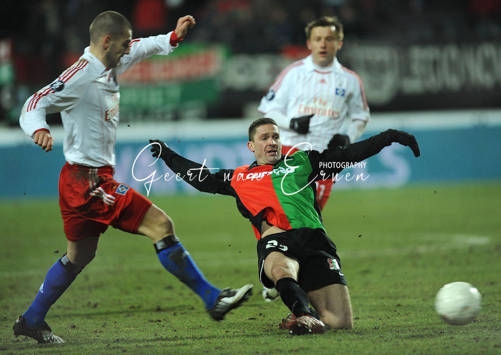 18-02-2009: voetbal: NEC - Hamburger SV: Nijmegen: UEFA Cup<br /> Arek RADOMSKI met een sliding <br /> Fotograf: Geert van Erven