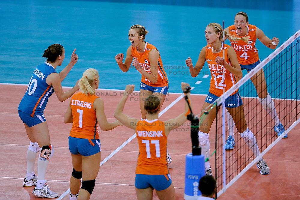27-09-2009 VOLLEYBAL: EUROPEES KAMPIOENSCHAP NEDERLAND - POLEN: LODZ<br /> De Nederlandse volleybalsters zijn vooralsnog onklopbaar op het EK. Na de ruime zeges op Kroatie en Spanje werd ook gastland Polen met grote overmacht opzij geschoven: 25-18, 25-13, 25-23 / Caroline Wensink, Kim Staens, Janneke van Tienen, Manon Flier, Debby Stam en Chaine Staelens<br /> &copy;2009-WWW.FOTOHOOGENDOORN.NL
