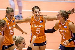 23-08-2017 NED: World Qualifications Belgium - Netherlands, Rotterdam<br /> De Nederlandse volleybalsters hebben op het WK-kwalificatietoernooi ook hun tweede duel in winst omgezet. Oranje overklaste Belgi&euml; en won met 3-0 (25-18, 25-18, 25-22). Eerder werd Griekenland ook al met 3-0 verslagen / Nika Daalderop #19 of Netherlands, Robin de Kruijf #5 of Netherlands, Femke Stoltenborg #2 of Netherlands