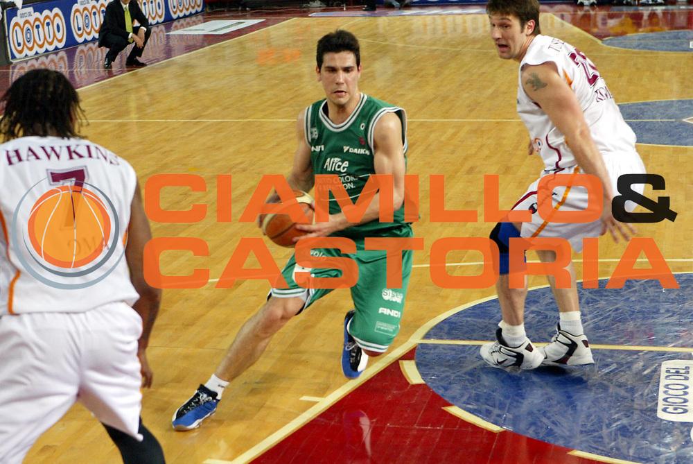 DESCRIZIONE : Roma Lega A1 2005-06 Play Off Semifinale Gara 2 Lottomatica Virtus Roma Benetton Treviso <br />GIOCATORE : Zisis<br />SQUADRA : Benetton Treviso<br />EVENTO : Campionato Lega A1 2005-2006 Play Off Semifinale Gara 2 <br />GARA : Lottomatica Virtus Roma Benetton Treviso <br />DATA : 03/06/2006 <br />CATEGORIA : Palleggio<br />SPORT : Pallacanestro <br />AUTORE : Agenzia Ciamillo-Castoria/D'Annibale