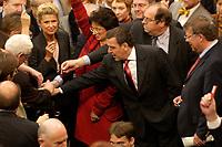 17 OCT 2003, BERLIN/GERMANY:<br /> Gerhard Schroeder, SPD, Bundeskanzler, wirft, zusammen mit vielen anderen Abgeordneten, seine Stimmkarte in die Wahlurne, waehrend der namentlichen Abstimmung zur Arbeitsmarktreform, Plenum, Deutscher Bundestag<br /> IMAGE: 20031017-01-003<br /> KEYWORDS: Gerhard Schröder,