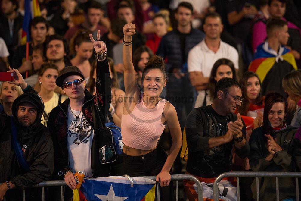 Barcelona, Catalonia, Spain - 02.10.2017<br /> <br /> Supporter of the Catalan independence gather at Pla&ccedil;a de Catalunya and wait for the announcement of the referendum results. Impressions of the Catalan independence referendum.<br /> <br /> Anhaengern der Unabhaengigkeit von Katalonien warten nach dem Ende des Referendums auf dem Pla&ccedil;a de Catalunya auf die Bekanntgabe der Ergebnisse. Eindruecke aus Barcelona vom katalanischen Unabhaengigkeitsreferendum.<br /> <br /> Photo: Bjoern Kietzmann