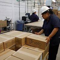 Lerma, Méx.- La empresa D´Nieto Uniformes Empresariales es un ejemplo de inclusión al trabajo de personas vulnerables: madres solteras, discapacitados,  enfermos terminales y personas de la tercera edad encuentran una oportunidad de empleo en este lugar.  Agencia MVT / Crisanta Espinosa