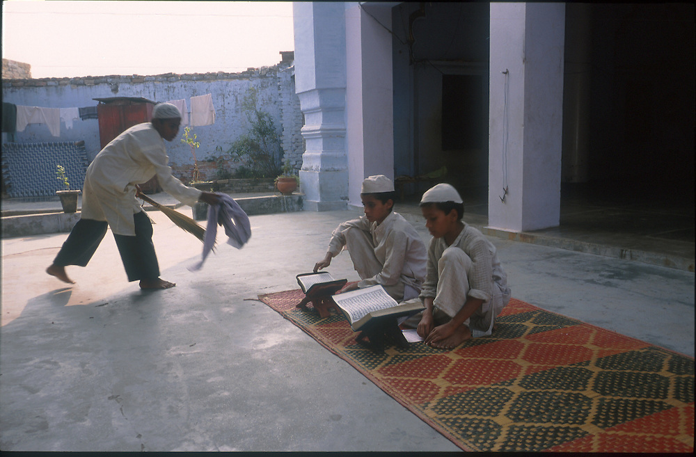 photo: Nadav Neuhaus.roots of the Taliban.India, October 2001..Behraich, Basti and Siddharthnagar are three districts of the Uttar Pradesh having international border with Nepal have a number of Madarsas..Children learning Koran.
