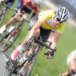 UITHUIZEN wielrennen, De vierde etappe van de Energiewachttour 2014 werd verreden rond Uithuizen. Vera Koedooder werd uit de leiderstrui gereden