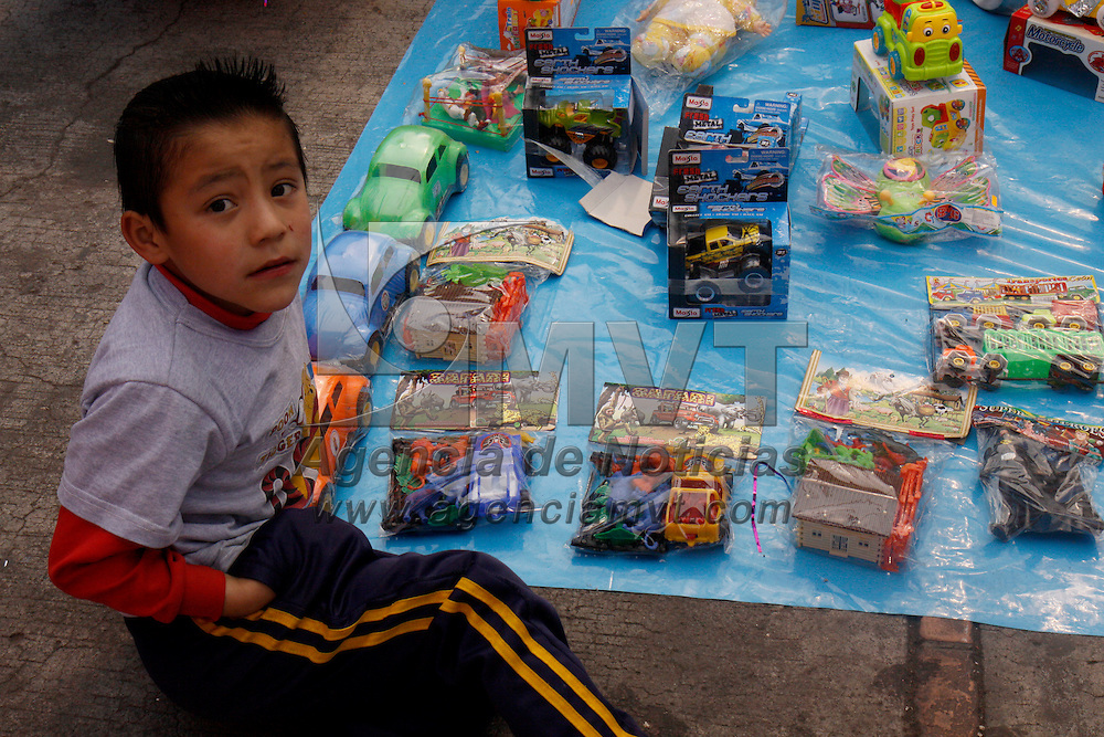 TOLUCA, México.- En las inmediaciones de los principales mercados de Toluca, comerciantes ofrecen una gran variedad de juguetes para este 6 de enero en donde los Reyes Magos vendrán a dejar regalos a los niños. Agencia MVT / Crisanta Espinosa. (DIGITAL)