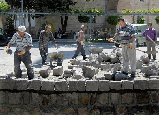 Turkije, Anatolie, 8-6-2011Bouwvakkers bezig met hun werk. De kant van een  irrigatiekanaal door een dorp wordt verhoogd.Foto: Flip Franssen