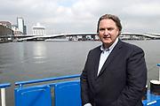 Vijf dagen voor de start van SAIL Amsterdam 2015 wordt het brugdeel van de Jan Schaeferbrug weggehaald. Eens in de vijf jaar wordt de verbinding tussen het Java-eiland en de stad Amsterdam gedemonteerd om de enorme tallships doorgang te geven tot het Sail-terrein, de Oranjehaven <br /> <br /> Op de foto:  Sail directeur Erwin van Lambaart