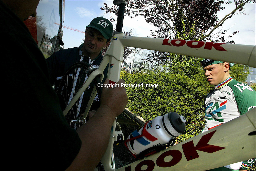 Luxembourg 5.7.02 Tour de France, ..Thor Hushovd og Credit Agricole forberder lørdagens prolog i Luxembourg.....Foto: Daniel Sannum Lauten/Dagbladet *** Local Caption *** Hushovd,Thor