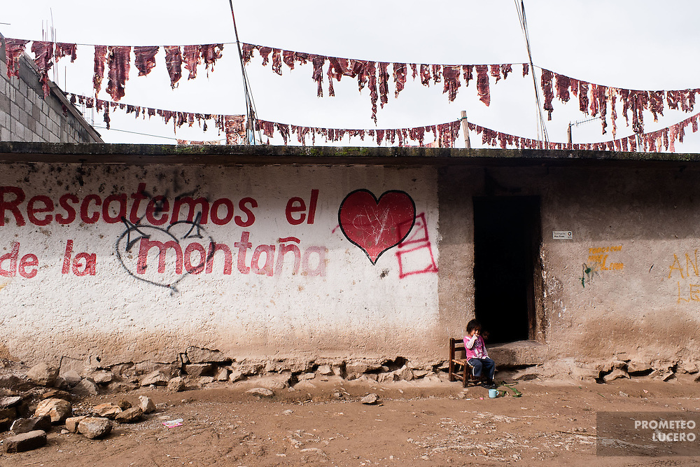A girl of Chiepetepec sits in the door of a home. In the roof, cow meat is put to make dried beef. (Photo: Prometeo Lucero)