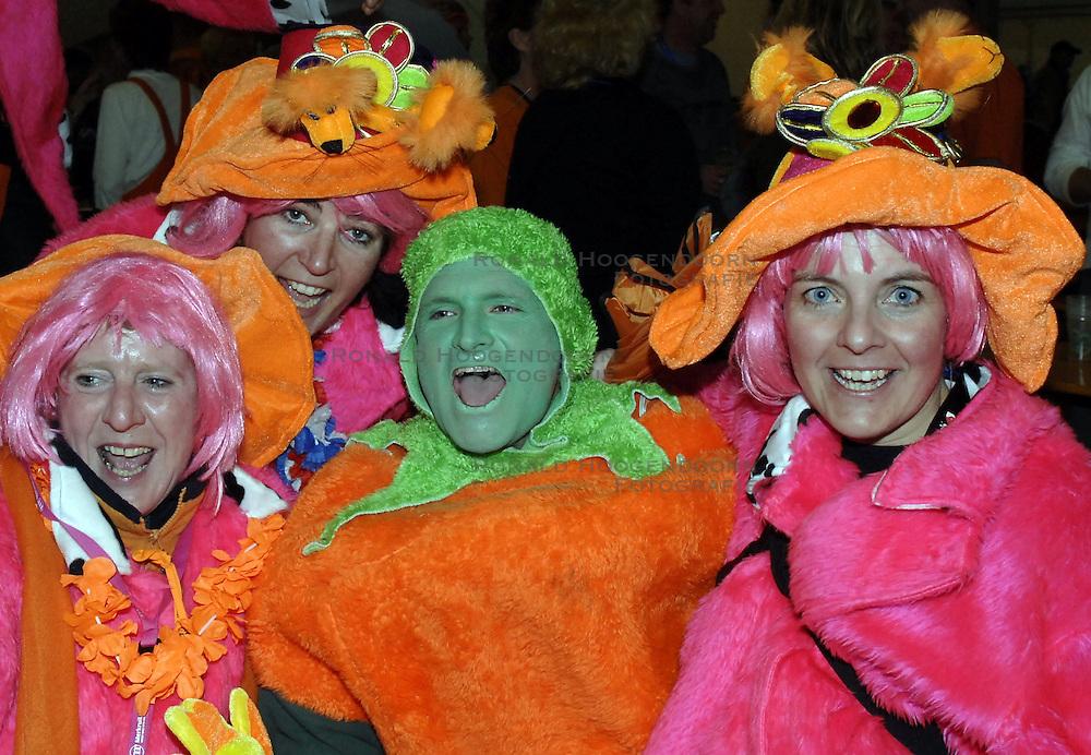 14-01-2007 SCHAATSEN: EUROPESE KAMPIOENSCHAPPEN: COLLALBO ITALIE<br /> Oranje supporters vieren hun feestje in een grote feesttent net achter de schaatsbaan - publiek oranje<br /> &copy;2007-WWW.FOTOHOOGENDOORN.NL
