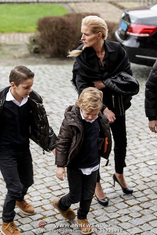 NLD/Fijnaart/20150110 - Uitvaart Chris Bauer, aankomst familie, Mariska Bauer en kinderen