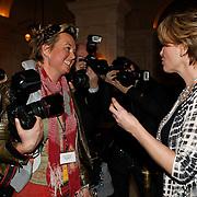 NLD/Amsterdam/20100305 - Photocall Nanny McPhee 2, Emma Thompson bewondert de kleding van fotografe Helene Wiesenhaan