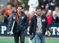 BLOEMENDAAL - coaches Jan Jorn van 't Land (L) en Dave Smolenaars tijdens de hoofdklasse competietiewedstrijd heren tussen Bloemendaal en Laren (9-1).  Door ziekte van Max Caldas nam Van 't Land plaats op de bank. Foto KOEN SUYK