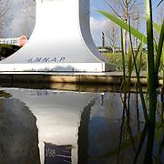 Nederland Nieuwerkerk aan den Ijssel  13 november 2008 20081112 Foto: David Rozing ..Serie Zuidplaspolder, weerspiegeling NAP bord / pilaar in water op het laagste punt in de polder. Dit is het laagtst/ diepst gelegen punt in Nederland en Europa..De Zuidplaspolder is de laagste plek in Nederland en Europa, het laagste punt in de polder meet 6,76 meter onder NAP. Omdat het gebied zo laaggelegen is zijn  plannen voor deze polder omstreden/ is er een felle discussie over.  .De Zuidplaspolder is in de Nota Ruimte aangewezen als één van de grote ontwikkelingslocaties in Nederland.  Er moeten 15.000 tot 30.000 nieuwe woningen komen, 150 tot 250 ha bedrijventerreinen, mogelijk 200 ha extra glastuinbouw en waterberging. Om deze verstedelijking mogelijk te maken wordt de grens van het Groene Hart aangepast. Duurzaamheid is een belangrijk onderdeel bij de planning en uitvoering..Het gebied is aangewezen als studielocatie voor stadsuitbreiding. Tegenstanders geven aan dat gezien de diepte van de polder waterproblematiek zich onafwendbaar zal gaan voordoen. Voorstanders geven aan dat met aanpassingen in het watersysteem en goede planning zoals wonen, werken, recreëren gepland op plekken waar dat gezien het water en de bodem het meest gunstig het een veilige omgeving zal zijn. ..Foto: David Rozing/ Hollandse Hoogte Nederland Zevenhuizen 12 november 2008 20081112 Foto: David Rozing ..Serie Zuidplaspolder ..De Zuidplaspolder is de laagste plek in Nederland en Europa, het laagste punt in de polder meet 6,76 meter onder NAP. Omdat het gebied zo laaggelegen is zijn  plannen voor deze polder omstreden/ is er een felle discussie over.  .De Zuidplaspolder is in de Nota Ruimte aangewezen als één van de grote ontwikkelingslocaties in Nederland.  Er moeten 15.000 tot 30.000 nieuwe woningen komen, 150 tot 250 ha bedrijventerreinen, mogelijk 200 ha extra glastuinbouw en waterberging. Om deze verstedelijking mogelijk te maken wordt de grens van het Groene Hart aangepast. Duurzaamheid is een b