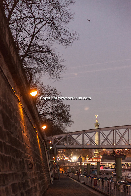 France. Paris 4th district. Bastille, Arsenal port .  metallic overpass over the  Canal de la Bastille / passerelle pietonne.  canal de la Bastille et port de l Arsenal