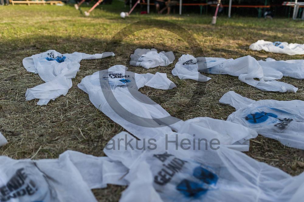 Wei&szlig;e Overalls mit der Aufschrift &quot;Ende Gel&auml;nde&quot; liegen am 12.05.2016 in dem Klimacamp von Ende Gel&auml;nde bei Proschim, Deutschland auf dem Boden. &Uuml;ber das Pfingstwochenende wollen mehrere Tausend Aktivisten den Braunkohlentagebau  blockieren um gegen die Nutzung von fossilen Brennstoffen zu protestieren. Foto: Markus Heine / heineimaging<br /> <br /> ------------------------------<br /> <br /> Ver&ouml;ffentlichung nur mit Fotografennennung, sowie gegen Honorar und Belegexemplar.<br /> <br /> Bankverbindung:<br /> IBAN: DE65660908000004437497<br /> BIC CODE: GENODE61BBB<br /> Badische Beamten Bank Karlsruhe<br /> <br /> USt-IdNr: DE291853306<br /> <br /> Please note:<br /> All rights reserved! Don't publish without copyright!<br /> <br /> Stand: 05.2016<br /> <br /> ------------------------------<br /> <br /> ------------------------------<br /> <br /> Ver&ouml;ffentlichung nur mit Fotografennennung, sowie gegen Honorar und Belegexemplar.<br /> <br /> Bankverbindung:<br /> IBAN: DE65660908000004437497<br /> BIC CODE: GENODE61BBB<br /> Badische Beamten Bank Karlsruhe<br /> <br /> USt-IdNr: DE291853306<br /> <br /> Please note:<br /> All rights reserved! Don't publish without copyright!<br /> <br /> Stand: 05.2016<br /> <br /> ------------------------------