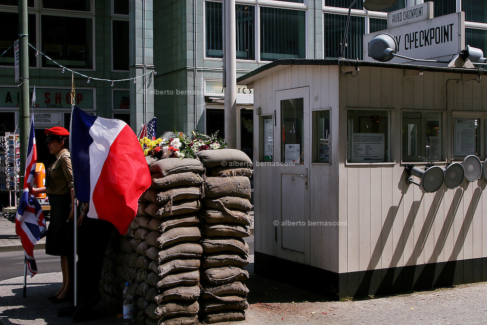 Berlino:  Checkpoint Charlie, symbol of the Cold War was the gateway between the two berlin sides