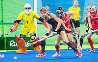 RIO DE JANEIRO -  Carlien Dirkse van den Heuvel (Ned) voor het Britse doel  tijdens de finale tussen de dames van Nederland en  Groot-Brittannie in het Olympic Hockey Center tijdens de Olympische Spelen in Rio.   COPYRIGHT KOEN SUYK
