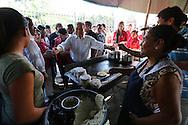 Los candidatos del partido de izquierda  frente farabundo Marti fmln Salvador Sanches © y Orcar Ortiz toman refresco Miercoles OCT 02, 2013 durante su recorrido por las calles de San Salvador, El Salvador en el incio de la campana electoral para los comicios de febrero de 2014. La izquierda que gobierna actualmente busca un segundo periodoi presidencial. Photo: Franklin Rivera/fmln/Imagenes Libres.