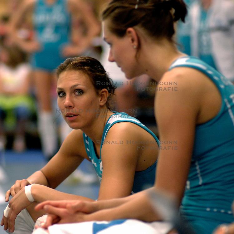 22-04-2007 VOLLEYBAL: PLANTINA LONGA - DELA MARTINUS: ZIEUWENT<br /> De dames van Martinus zijn landskampioen volleybal geworden. In de best-of-7 werd Plantina/Longa met 4-0 geklopt / Sanna Visser en Caroline Wensink<br /> &copy;2007-WWW.FOTOHOOGENDOORN.NL