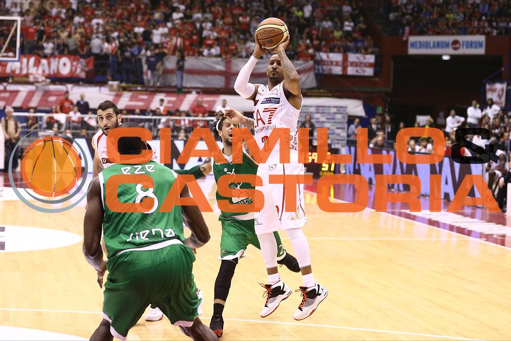 DESCRIZIONE : Milano Lega A 2012-13 EA7 Emporio Armani Milano Montepaschi Siena playoff quarti di finale<br /> GIOCATORE : JR Bremer<br /> CATEGORIA : Tiro<br /> SQUADRA : EA7 Emporio Armani Milano<br /> EVENTO : Campionato Lega A 2012-2013<br /> GARA : EA7 Emporio Armani Milano Montepaschi Siena<br /> DATA : 22/05/2013<br /> SPORT : Pallacanestro <br /> AUTORE : Agenzia Ciamillo-Castoria/G.Cottini<br /> Galleria : Lega Basket A 2012-2013  <br /> Fotonotizia : Milano Lega A 2012-13 EA7 Emporio Armani Milano Montepaschi Siena playoff quarti di finale<br /> Predefinita :