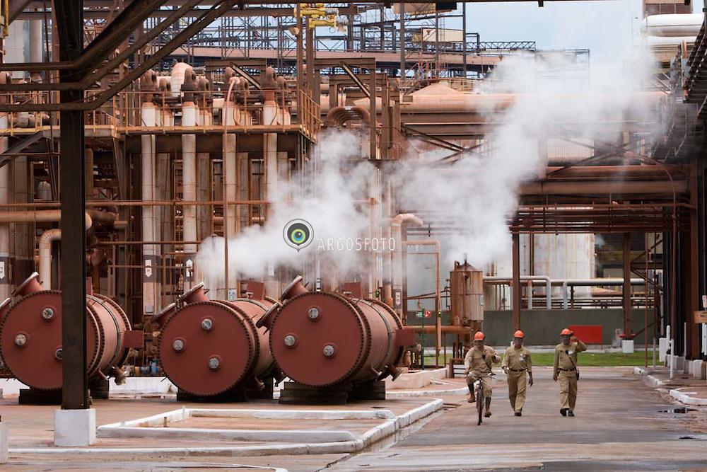 Refinaria de alumina (para producao de aluminio) da Alunorte em Barcarena, Para. Apos ser tirada do solo, lavada e secada, a bauxita eh transformada em alumina pelo processo de refino - .Alunorte (Alumina do Norte do Brasil SA) - Cia. Vale do Rio Doce e Norsk Hydro ASA anunciam a expansao da refinaria.   / Barcarena, Para, Brazil  03/24/2006.Alunorte (Alumina do Norte do Brasil SA) - Cia. Vale do Rio Doce e Norsk Hydro ASA $1.04 billion expansion of Amazon alumina Refinery in Barcarena, Para, Brasil near Belem, Brazil .
