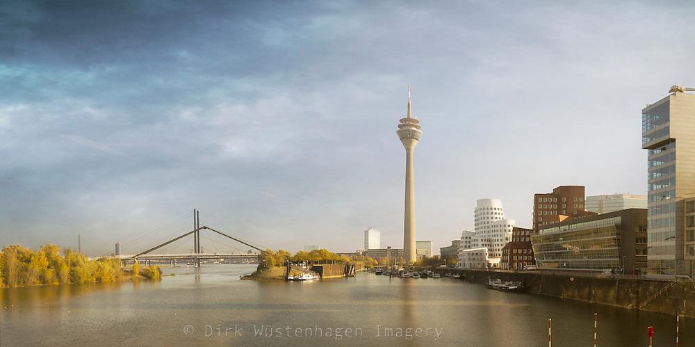 Panorama Rheinkniebrücke, Rheinturm und Medienhafen Düsseldorf, Deutschland