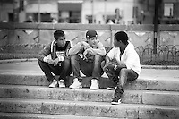 """Una sequenza di scatti realizzati durante la festa democratica tenutasi a Lecce in piazza S. Oronzo. Durante la manifestazione si sono susseguiti una serie di incontri con personaggi politici, esposizioni artistiche, giochi per bambini realizzati con materiale di riciclo, presentazione di libri. Una fra queste è stata la presentazione del libro di Gabriele """"Kash"""" Torsello  Afghanistan camera oscura. Nel corso delle giornate della manifestazione sono stati realizzati dei ritratti fotografici ai personaggi o semplici cittadini che hanno caretterizzato  ed assistito all'incontro."""