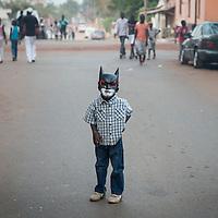 02/03/2014. Bissau. Guinée Bissau. Un enfant déguisé avec un masque de Batman se dirige vers la place Imperio pendant la fête de Carnaval. ©Sylvain Cherkaoui pour JA.