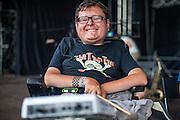 """Sänger Jiří Holzmann von """"The Tap Tap"""" während dem Auftritt beim Festival """"Colors of Ostrava 2013"""". """"The Tap Tap"""" ist eine bekannte und sehr erfolgreiche tschechische Formation mit überwiegend behinderten und auch nicht behinderten Musikern, gegründet 1998 von dem Sozialpädagogen Simon Ornest."""