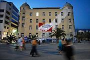 Griekenland, Volos, 5-7-2008Avond in het centrum van deze provinciestad. Straatbeeld. Het gebouw is van de universiteit. Op het spandoek een oproep om het druggebruik tegen te gaan door jongeren betere vooruitzichten en onderwijs te bieden.Foto: Flip Franssen