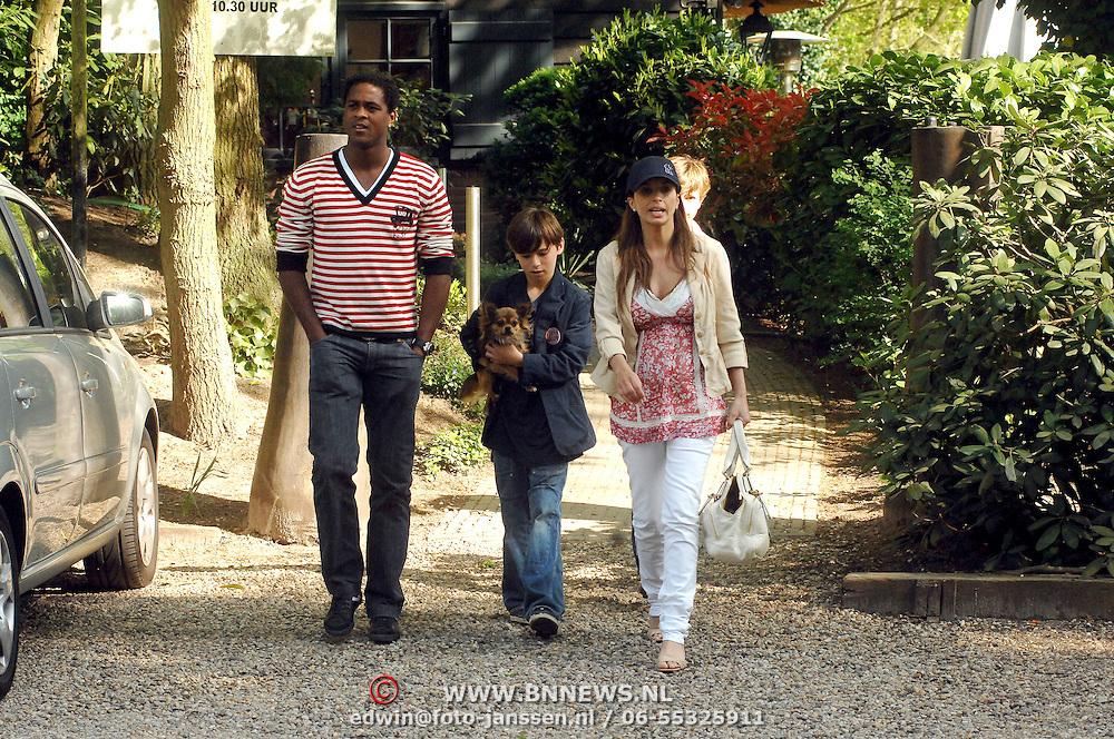 NLD/Blaricum/20070419 - Zwangere Rosanna Lima en zoon Nino, Patrick kluivert en hond Ollie