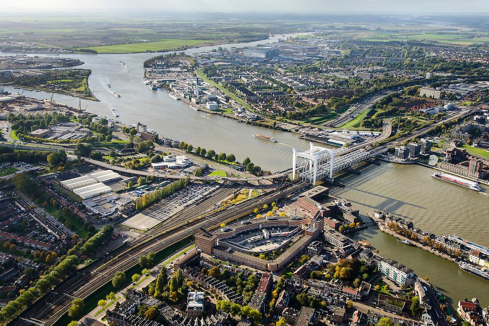 Nederland, Zuid-Holland, Dordrecht, 23-10-2013; spoorbrug over de Oude Maas , bijnaam Het Hemelbed, splitsing met Dordsche Kil (naar links, richting Hollandsch Diep). Daarnaast de Stadsbrug, waarvan de verkeersstroom tegenwoordig door de Drechttunnel gaat.<br /> Railway bridge, road bridge and road tunnel of the Oude Maas in Dordrecht.<br /> luchtfoto (toeslag op standaard tarieven);<br /> aerial photo (additional fee required);<br /> copyright foto/photo Siebe Swart.