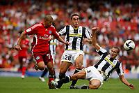 Photo: Richard Lane/Richard Lane Photography. Juventus v SV Hamburg. Emirates Cup. 03/08/2008. Hamburg's Mohamed Zinden is challenged by Juventus' Cristian Molinaro and Giorgio Chiellini.