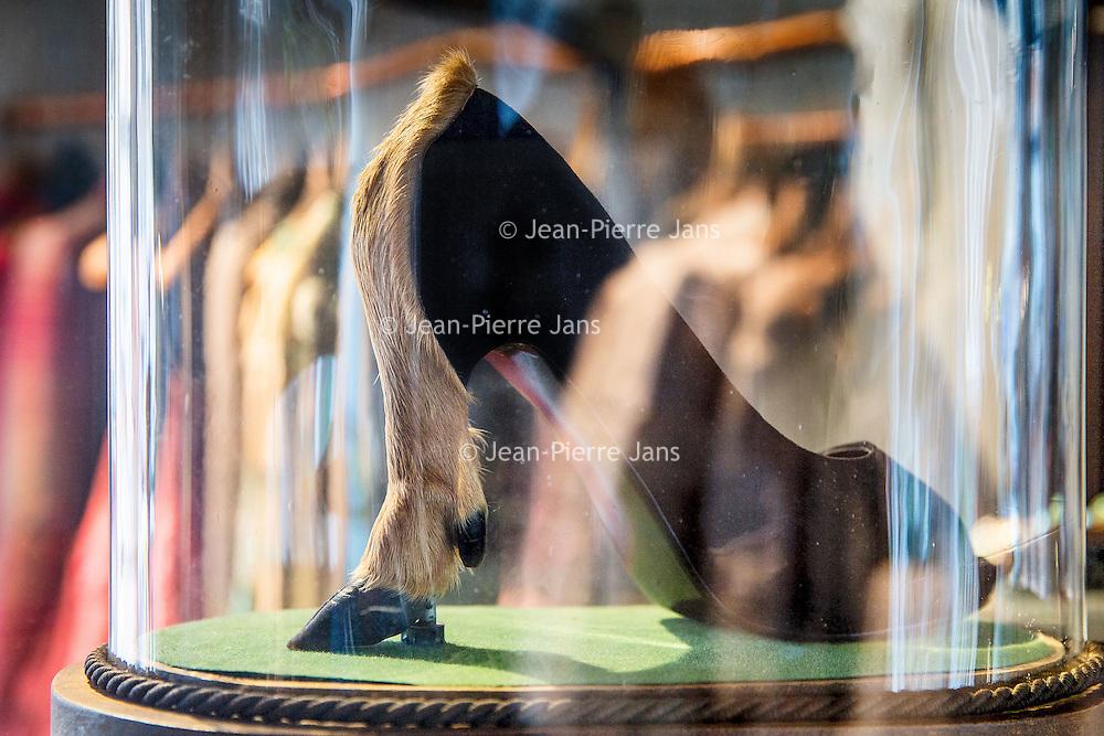Nederland, Amsterdam, 1 juli 2016.<br /> Designer Edwin Oudshoorn legt de laatste hand an zijn nieuwste collectie.<br /> Designer Edwin Oudshoorn debuteert komende maandag in Parijs tijdens de haute couture week.<br /> <br /> Designer Edwin Oudshoorn putting the finishing touches to his latest collection.<br /> Designer Edwin Oudshoorn debuts next Monday in Paris during the haute couture week.<br /> <br /> Foto: Jean-Pierre Jans