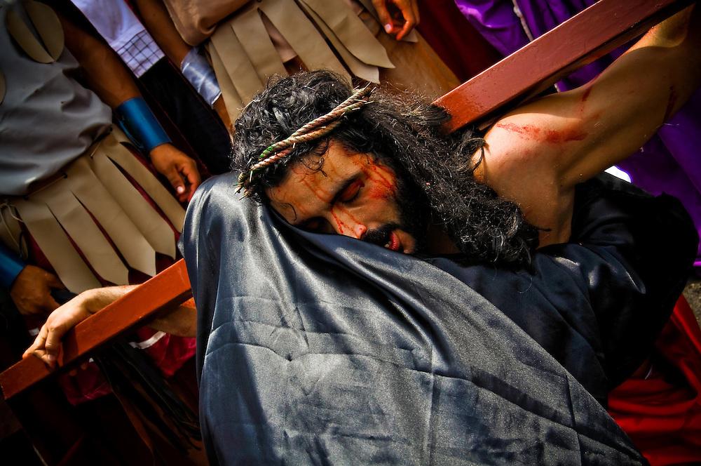 THE VIA CRUCIS OF JESUS  / EL VIACRUCIS DE JESUS.<br /> Photography by Aaron Sosa.<br /> Carrizal, Miranda State - Venezuela 2010.<br /> (Copyright © Aaron Sosa)