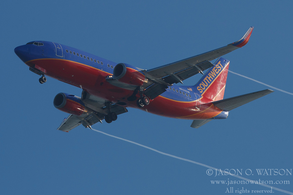 Boeing 737-3H4 (N632SW) operated by Southwest Airlines on approach to San Francisco International Airport (SFO), San Francisco, California, United States of America