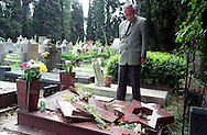ROMA CIMITERO DEL VERANO  AMOS LUZZATO PRESIDENTE DELL'UNIONE DELLE COMUNITA' EBRAICHE ITALIANE IN VISITA AL CIMITERO DEL VERANO DOPO LA PROFANAZIONE DELLE TOMBE.19-7-2002.FOTO STEFANO MONTESI