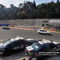 """OCOYOACAC, MÈxico (Diciembre 02, 2018).- PolicÌas Federales vigilaron la zona de la caseta de la carretera MÈxico-Toluca, en donde se anuncio se realizaria un bloqueo denominado """"Paro Nacional de Carros"""" con la finalidad de interrumpir el flujo vehicular, en portesta por la liberaciÛn de los precios de las gasolinas en todo el paÌs.  Agencia MVT / Crisanta Espinosa."""
