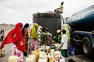 Somali kenyanske kvinder og m&aelig;nd sidder ved vandtanken og venter p&aring; at h&oslash;rer sophia tale til dem.<br /> <br /> Sophia Abdi Noor p&aring; valgkampagne i landsbyen Gababa som ligger nord for Tana River, som har v&aelig;ret plaget af d&oslash;delige sammenst&oslash;d mellem pastoralister -som ofte er somaliske kenyanere og jorddyrkere langs med foden bred. Sammenst&oslash;dende har handlet om adgang til vandressurserne og gr&aelig;sning af pastoralisternes f&aring;r og kv&aelig;g p&aring; den frugtbare jord.