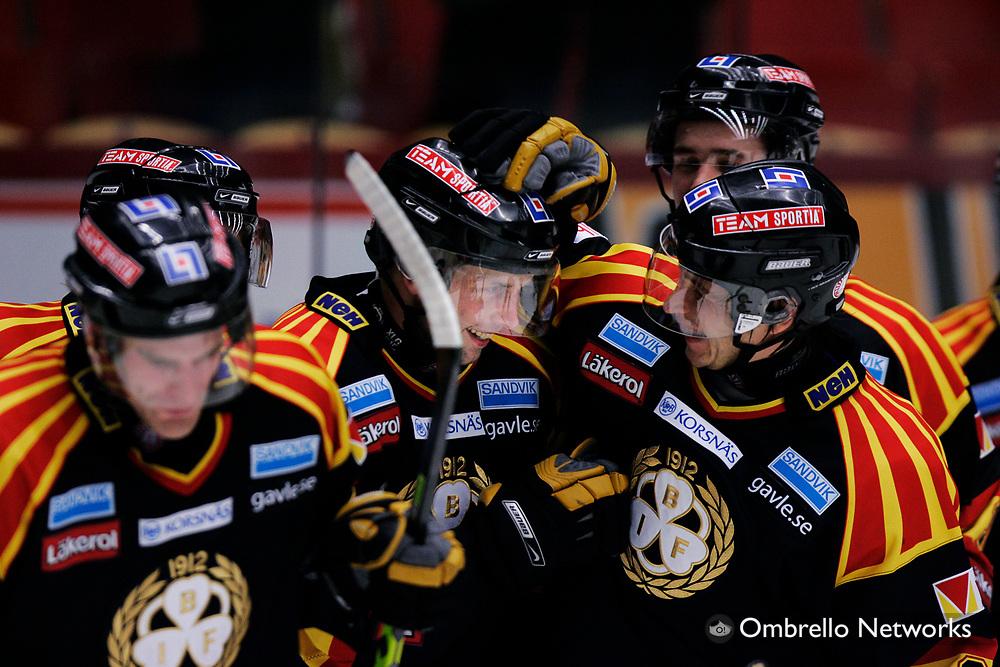STOCKHOLM 061120<br /> ELITSERIEN ISHOCKEY BRYN&Auml;S VS TIMR&Aring;<br /> I bild: Daniel Johansson gratuleras till ett av sina tv&aring; m&aring;l.