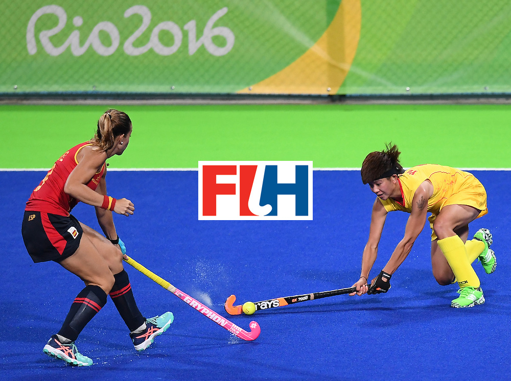 China's Yu Qian (R) vies with Spain's Maria Lopez during the women's field hockey Spain vs China match of the Rio 2016 Olympics Games at the Olympic Hockey Centre in Rio de Janeiro on August, 8 2016. / AFP / MANAN VATSYAYANA        (Photo credit should read MANAN VATSYAYANA/AFP/Getty Images)
