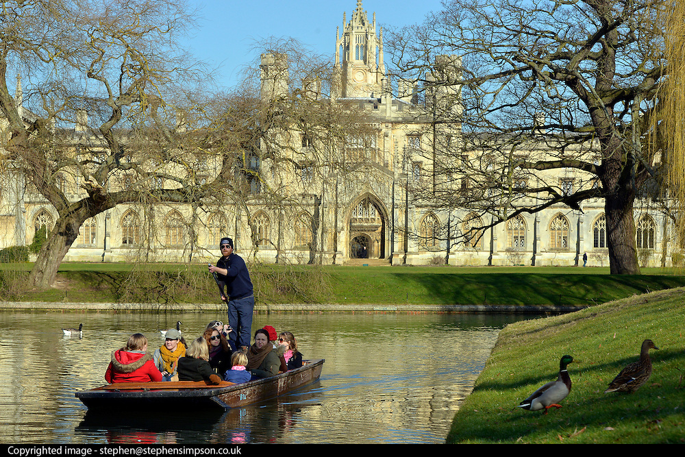 © Licensed to London News Pictures. 19/02/2013. Cambridge, UK. People enjoy the sunny weather punting on the River in Cambridge today 19th February 2013. Photo credit : Stephen Simpson/LNP