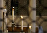 Candele in una chiesa di Bari