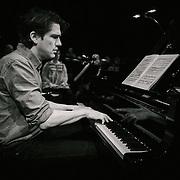 Den netop afgåede musikchef i Tivoli, NIKOLAJ KOPPEL, der ved denne sjældne lejlighed sætter sig til tangenterne og spiller Gershwins Rhapsody in Blue. Her øver Nikolaj Koppel sig inden koncerten i Tivoli